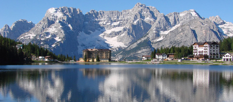 walking-misurina-lake-reflexion