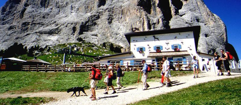 walking-val-gardena-hut